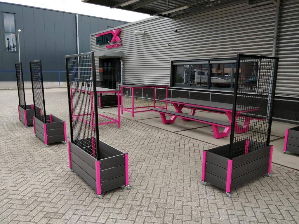 Roze picknicktafel van staal