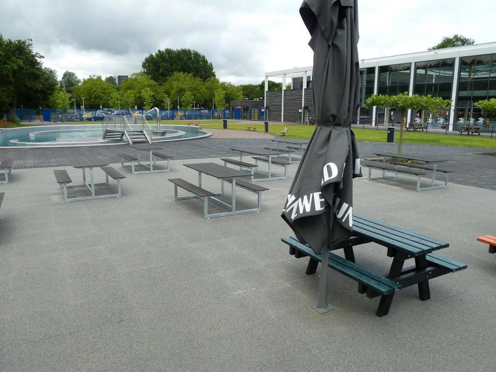 Picknicktafels bij terras zwembad