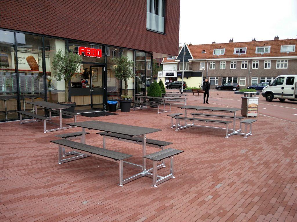 Picknicktafels op terras Febo Amsterdam