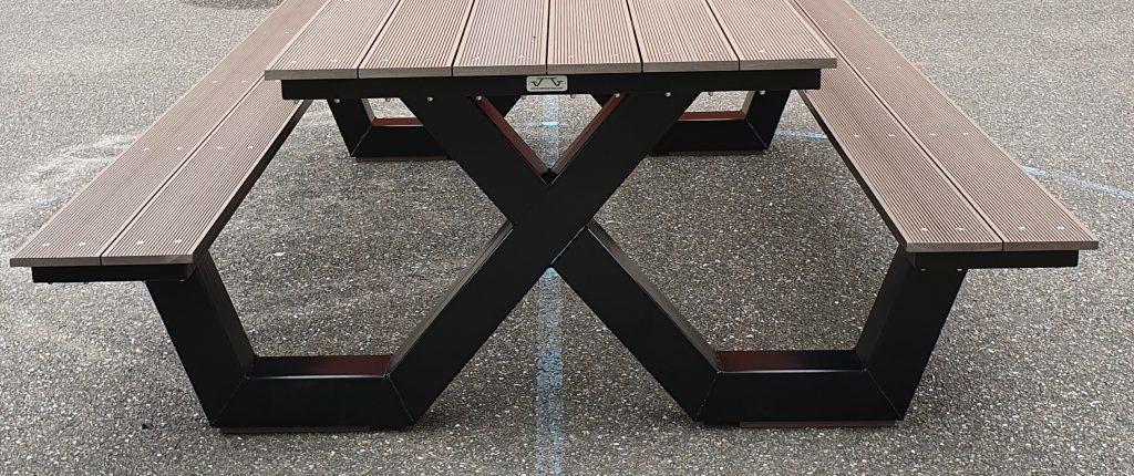Kruispoot picknicktafel zwart met bruine plank