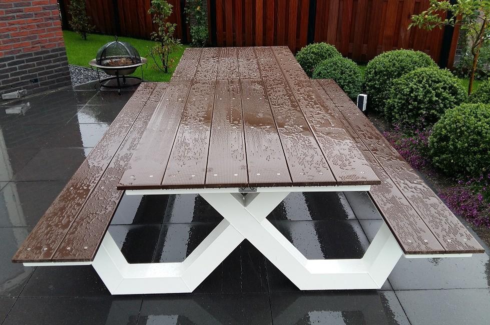 Kruispoot picknicktafel in de regen